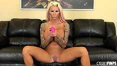 Inked up blonde tart rubs a vibe over her clit and pussy lips